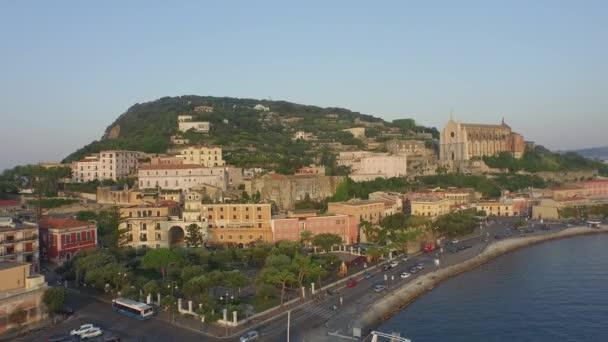 Letecký pohled na město a moře pobřeží Gaeta ve dne, jižní Itálie