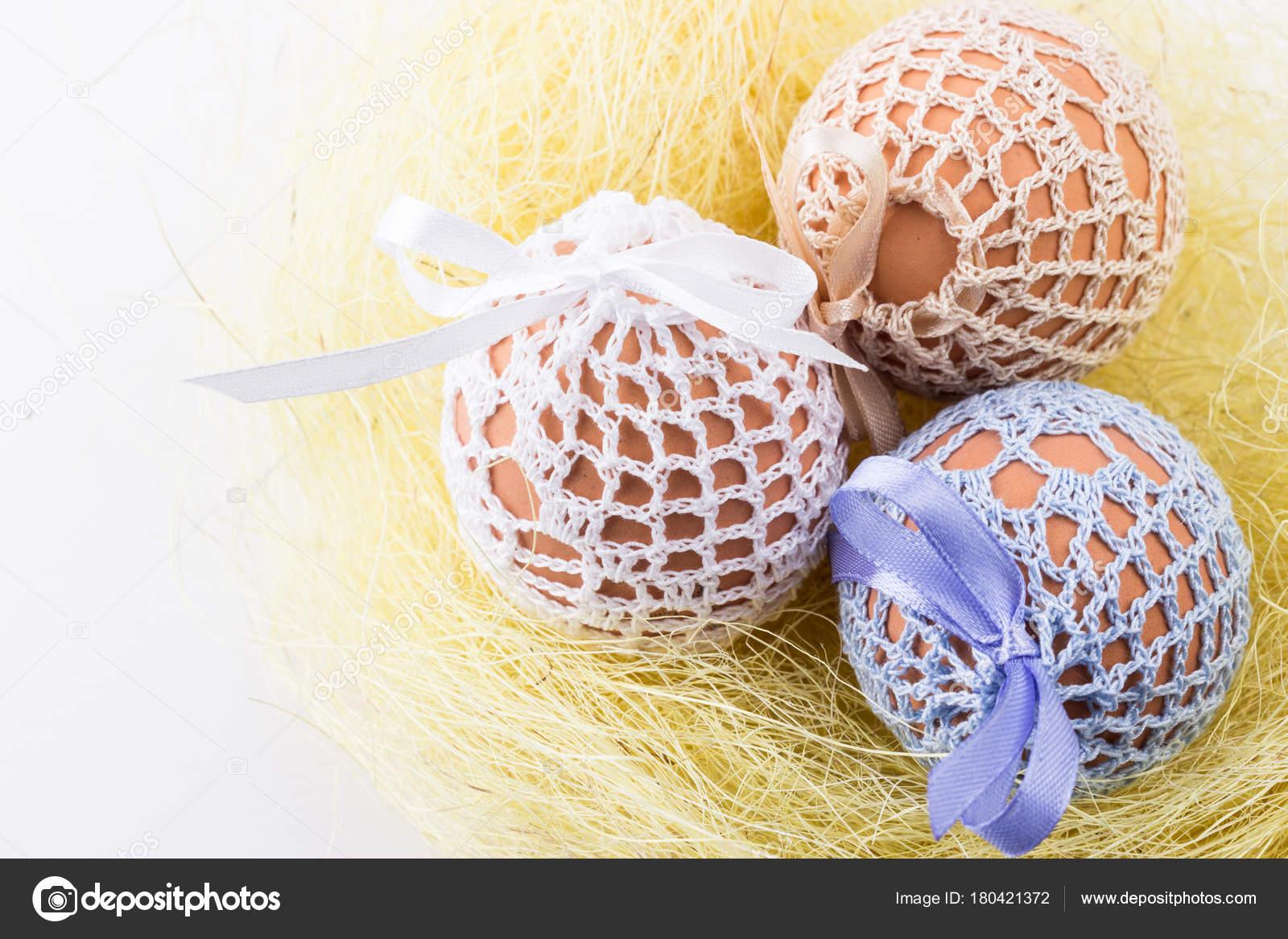 84a7b1eb51 Tři Velikonoční Vejce Pletené Tašky Domácí Žlutá Hnízdo Jarní Výzdobou —  Stock fotografie