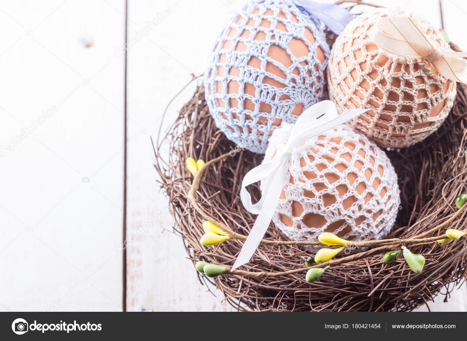 912344aba4 Tři Velikonoční Vejce Ručně Pletené Tašky Hnědé Hnízdě Jarní Výzdobou —  Stock fotografie
