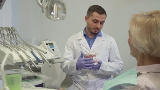 Zubař si ukážeme něco na rozložení zubů do jeho klientku