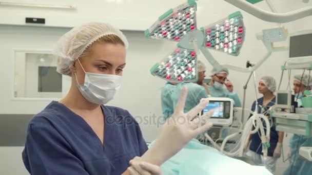 Медсестрички в больнице в перчатках видео