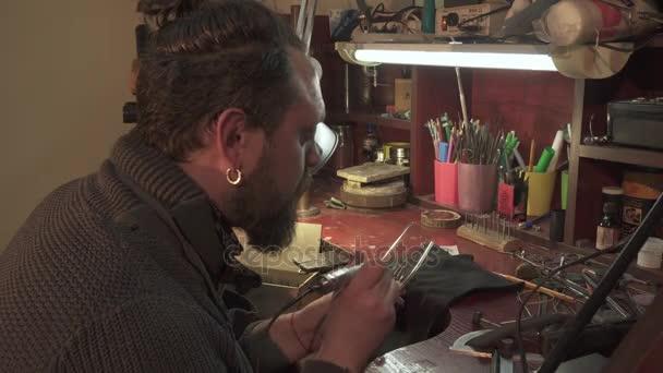 Mann benutzt Gravierwerkzeug