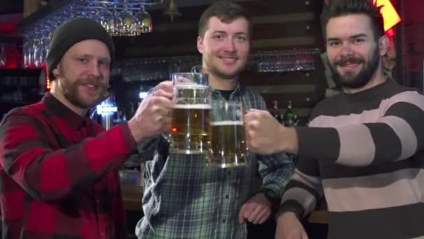 Přátel představují s sklenic piva v hospodě