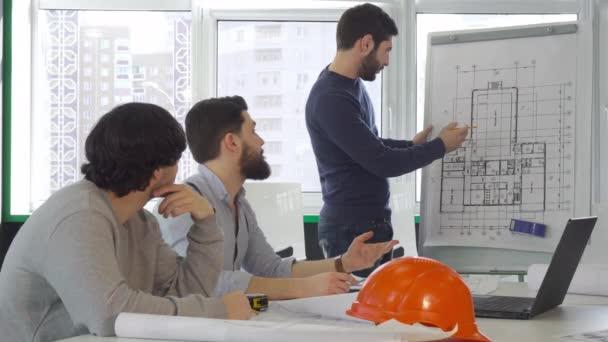 Architekt projektu týmu disscusses budovy