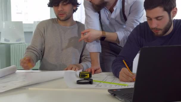Coworking architekti mluvit u stolu