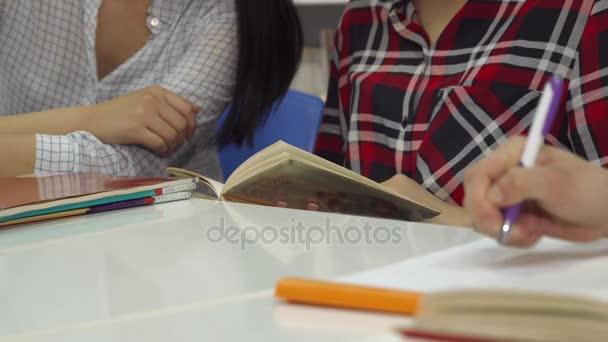 Férfi kézi írja a notebook-on a könyvtár
