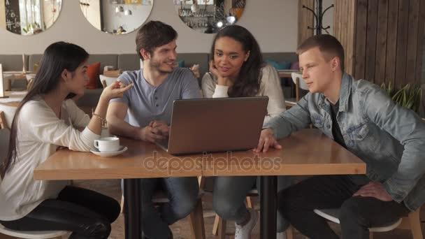 Mladí lidé bod jejich ukazováčky na obrazovce přenosného počítače