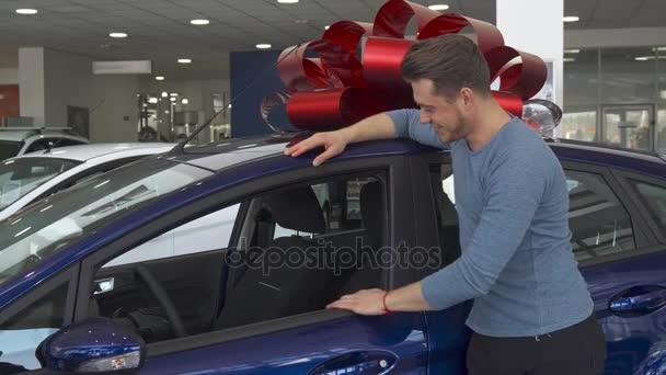 männlicher Kunde zeigt seinen Daumen in der Nähe des Autos