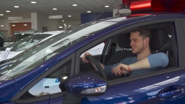 Mužských zákazníků ukazuje palcem z uvnitř vozu