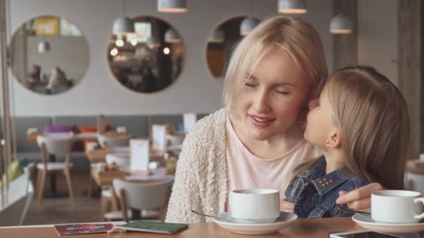 Malá holčička sdílí některá tajemství s matkou