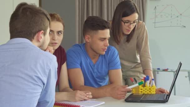 Kreativní tým pracuje na notebooku