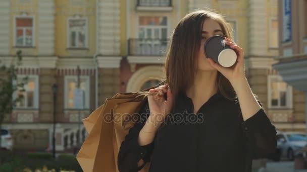 Dívka pije kávu na ulici
