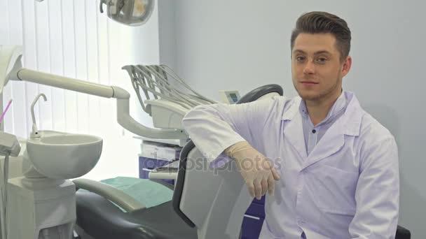 Zubař pózy s rozvržením lidské zuby
