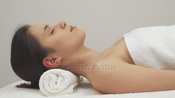 Pózy holka na masážní stůl