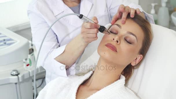 Žena ukazuje palcem po Kosmetologické procedury