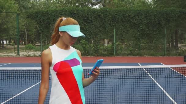 Tenis holka pořízení selfie na soud