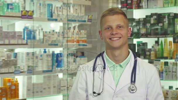 Arzt gibt vor laufender Kamera ein Paket ab