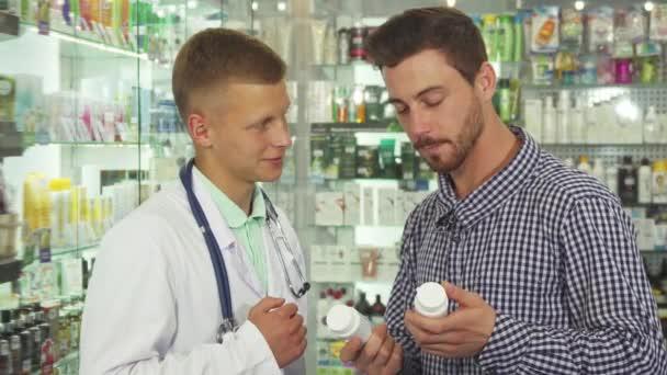 Arzt berät Patientin über zwei Medikamente
