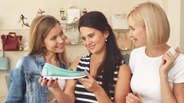 Frauen sehen teuren Schuh im Schuhgeschäft