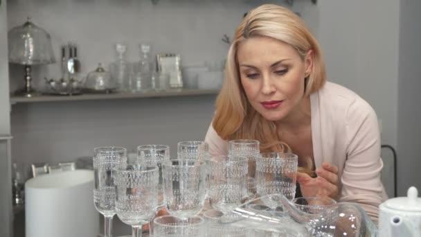 Pozor, Žena kontroluje kvalitu brýlí