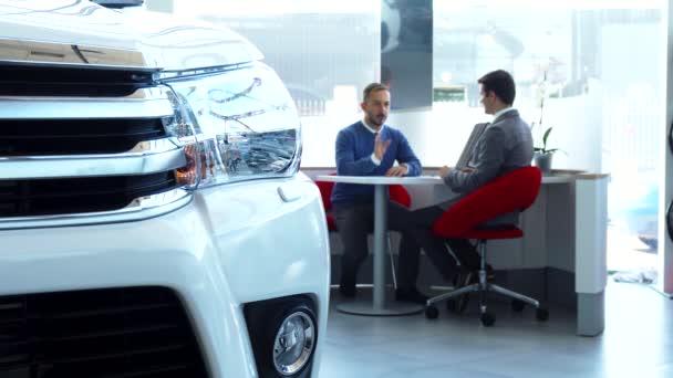 Eladó és a vevő üzleti ül az asztalnál, és tárgyalási