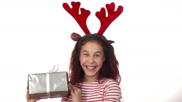 Neuvěřitelně šťastná dívka ukazuje její novoroční dárek