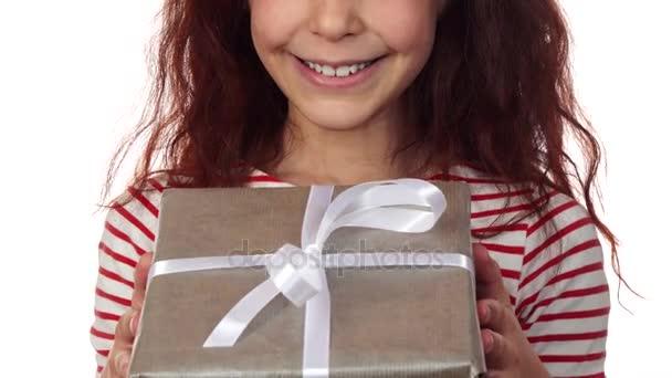 Detail tváře šťastná dívka s novoroční dárek v rukou