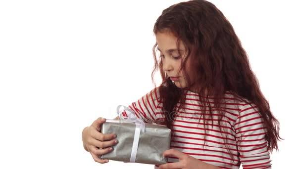 ein kleines Mädchen hält ihr Neujahrsgeschenk in den Händen