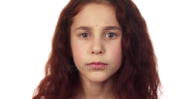 Sladká dívka požádá o mlčení a otáčí hlavu vpravo a vlevo