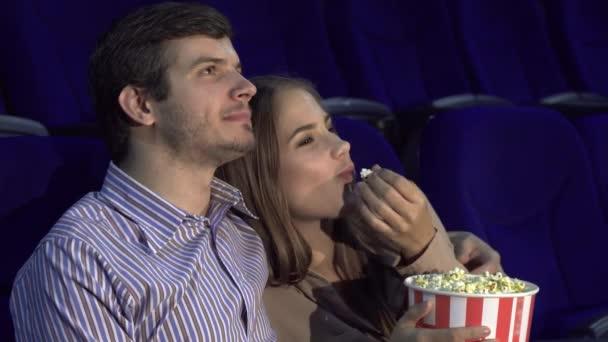 Édes pár néz romantikus komédia a moziban