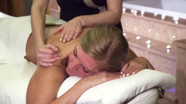 professionelle Mädchen tun eine Frau entspannende Rückenmassage