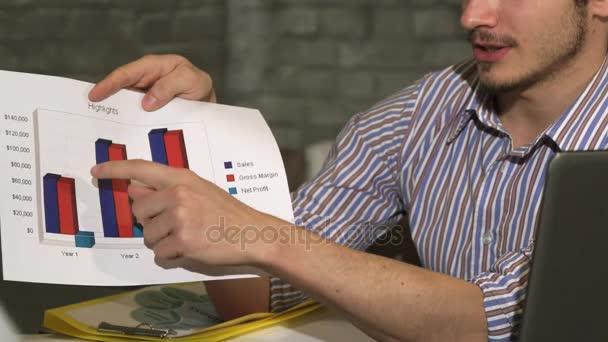 Oříznout záběr podnikatel ukazuje tištěné diagramy na obchodní jednání