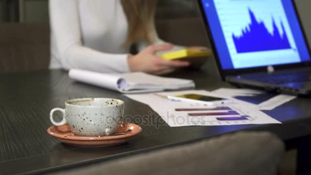 Csésze kávé az office üzleti emberek, miután egy találkozót az asztalon