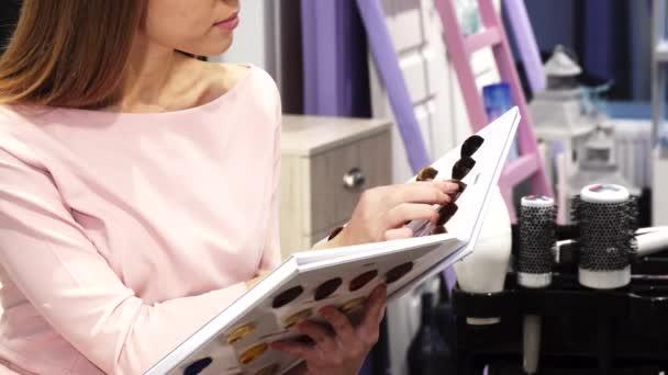 Aufnahme einer Frau Wahl Haarfarbe Farbstoff aus dem Diagramm auf ...