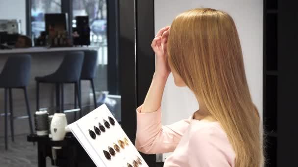 Happy krásná žena ukazuje palec nahoru sedí u kadeřnictví studio