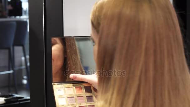Detailní záběr z krásná žena s úsměvem při pohledu do zrcadla