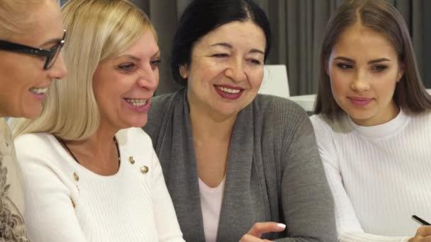 Detailní záběr z podnikatelky s setkání v zasedací místnosti