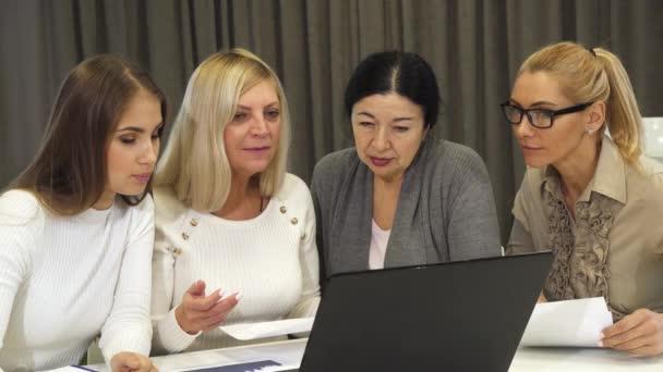 Skupina podnikání žen s setkání v zasedací místnosti