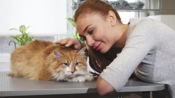 Wunderschöne Frau lächelnd posiert mit ihrer Katze in der Tierarzt-Büro