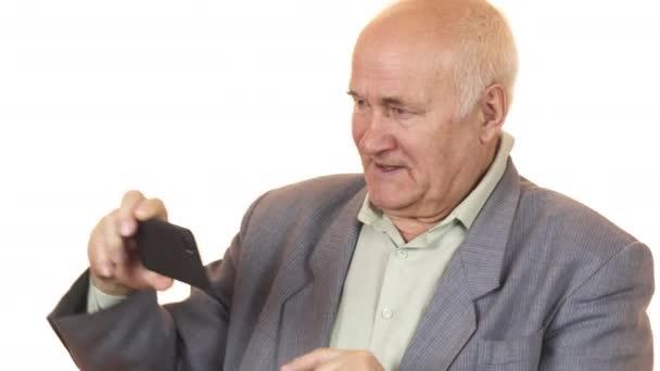 Radostné starší muž s úsměvem pořizování selfie s telefonem smar