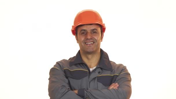 Veselá zralé konstruktér v bezpečnostní přilba ukazuje palec