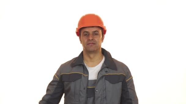 glücklich reifer Industriearbeiter in Hardhat zeigt Daumen nach oben Haltebohrer