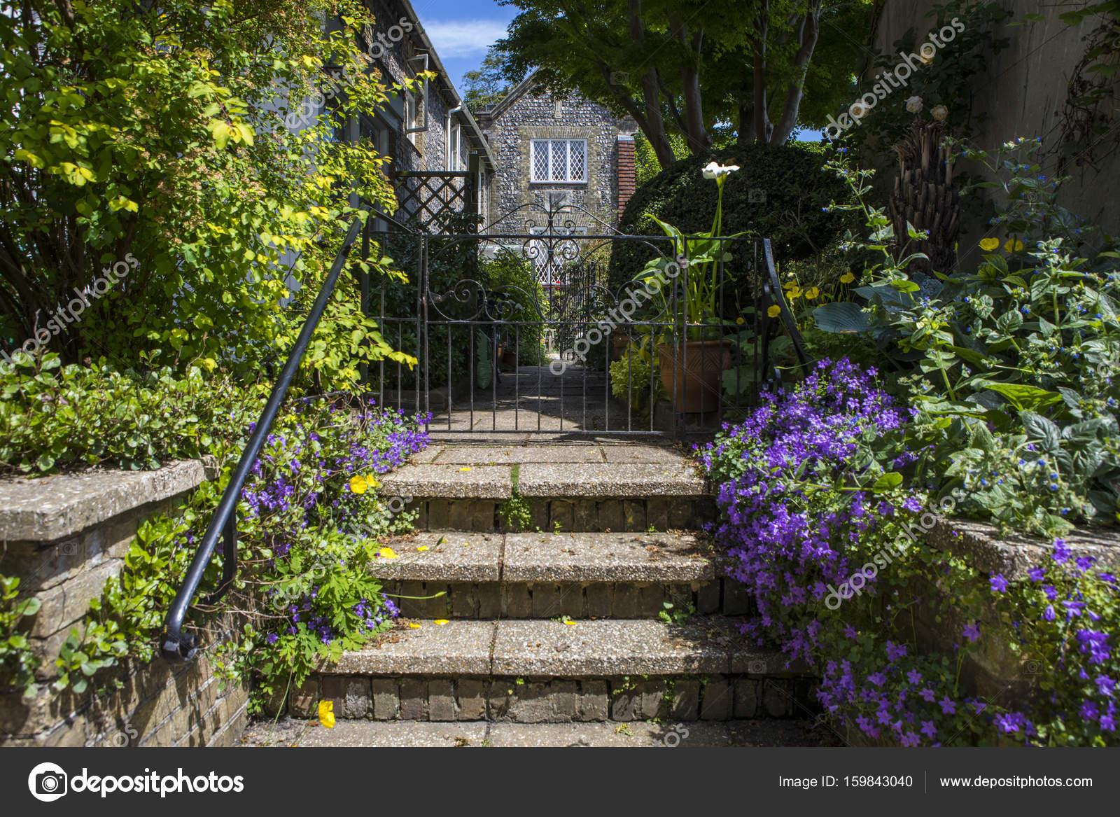Casa di campagna inglese foto stock chrisdorney 159843040 for Design di casa di campagna inglese
