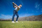 golfista plánování jeho střelu pin