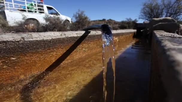 acqua che scorre n cadere dal tubo