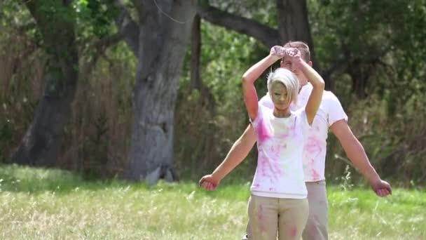pár si hraje s barevnými lakovací prášek