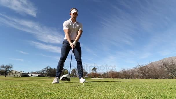 golfista hraje čip shot