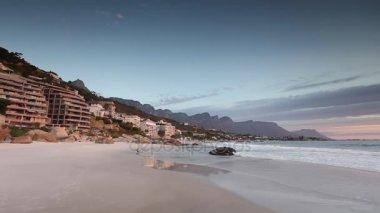 A kerti utat tengerpart gyönyörű naplemente