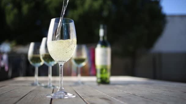 nalil do sklenice vína