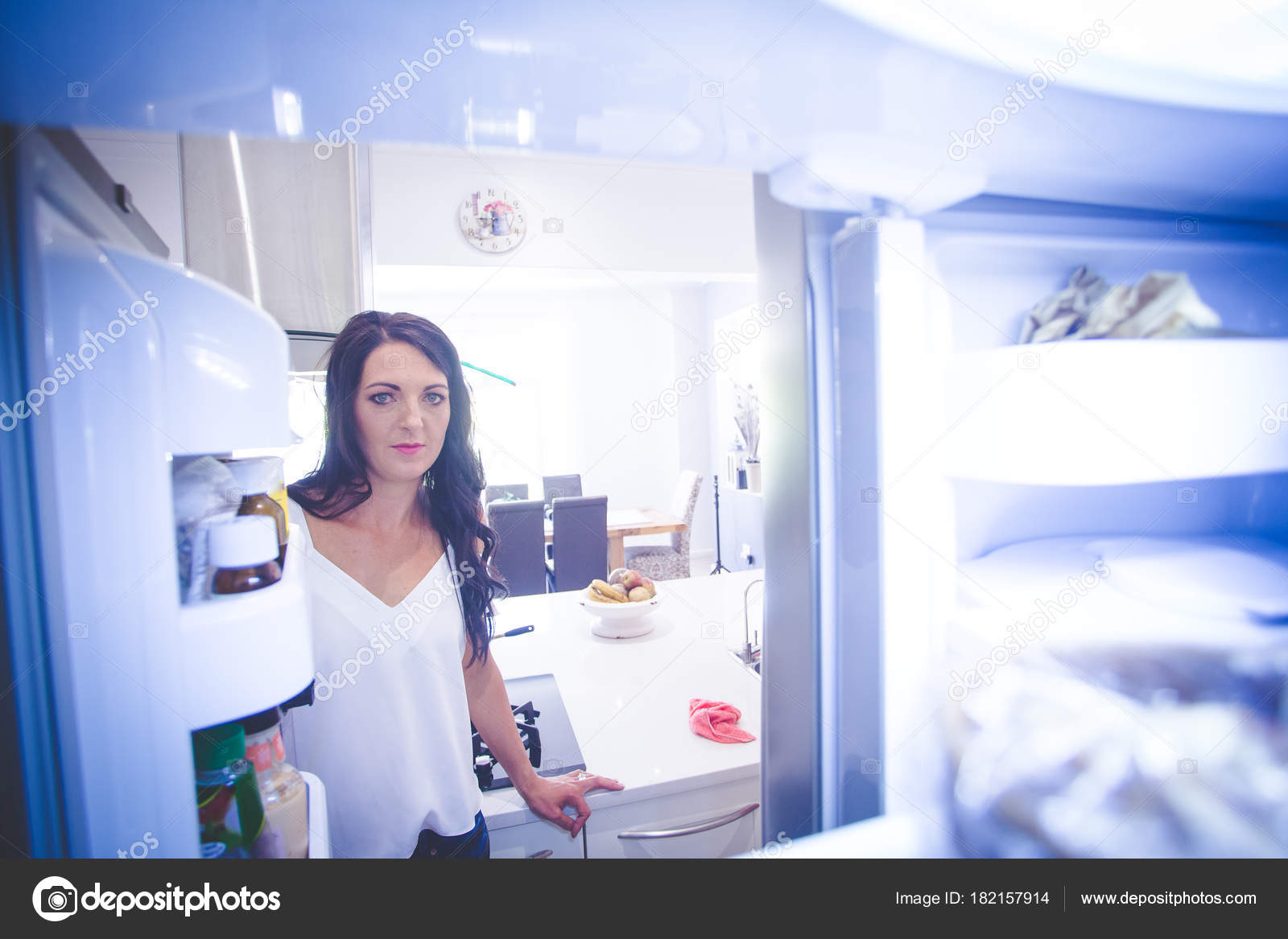 Schöne Brünette Modell Suchen Einem Kühlschrank Sehen Essen Gibt ...